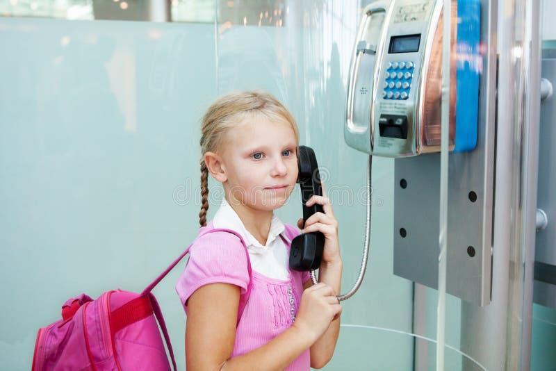 Teléfono que habla de la muchacha en el aeropuerto foto de archivo