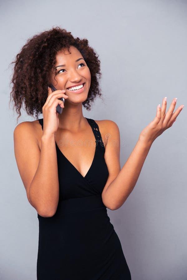 Teléfono que habla de la mujer afroamericana imagen de archivo libre de regalías