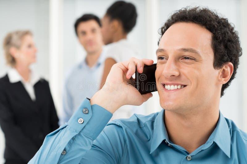Teléfono sonriente de Talking On Cell del hombre de negocios fotos de archivo