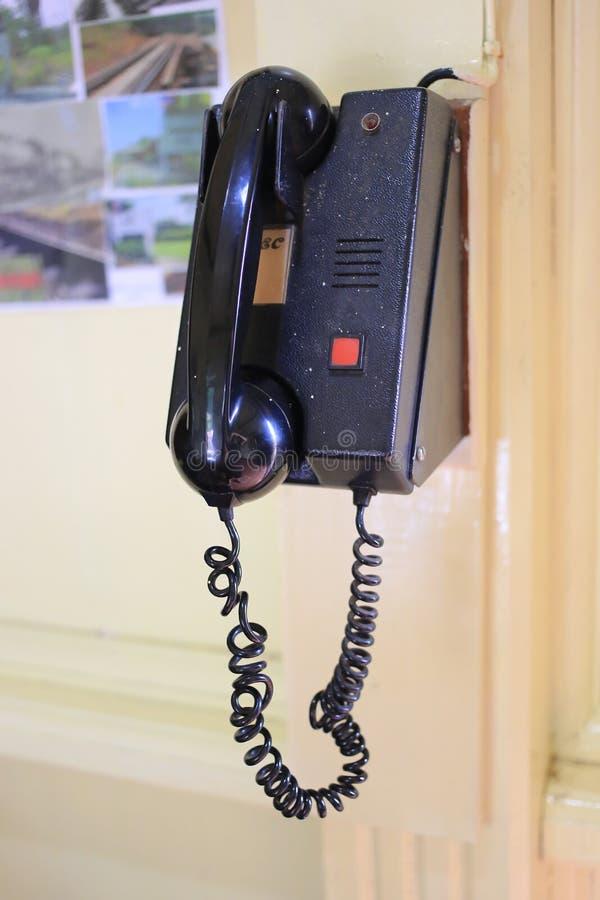 Teléfono viejo del vintage en el ferrocarril de Kantang imágenes de archivo libres de regalías