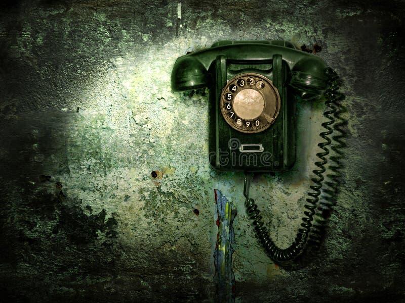 Teléfono viejo en la pared destruida fotos de archivo libres de regalías