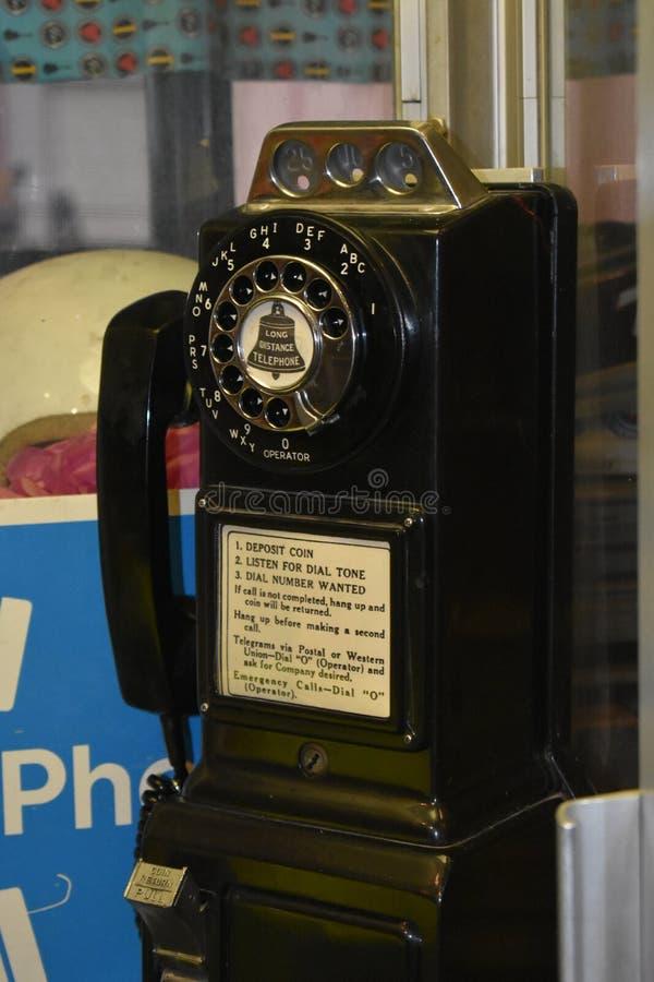 Teléfono viejo en una cabina fotos de archivo