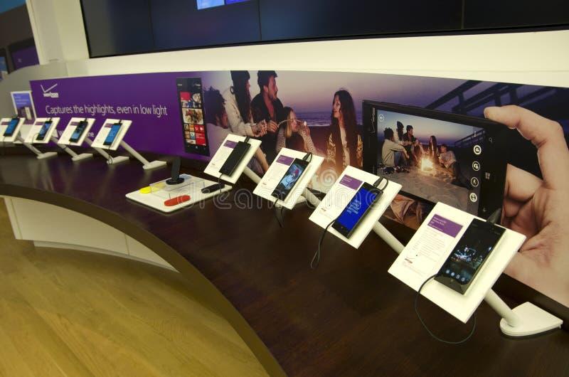 Teléfonos elegantes de Nokia en la tienda de Microsoft foto de archivo libre de regalías