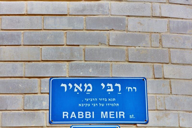 Tel Aviv - 4 décembre 2016 : Plaque de rue de Rabbin Meir dans le téléphone Avi image libre de droits