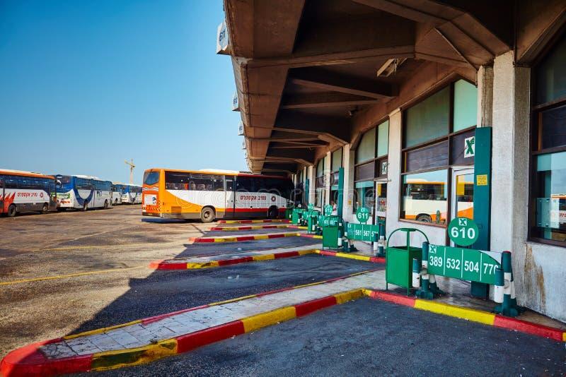 Tel Aviv - 20 04 2017: Egged autobusu park przy środkowym autobusowym stati fotografia stock