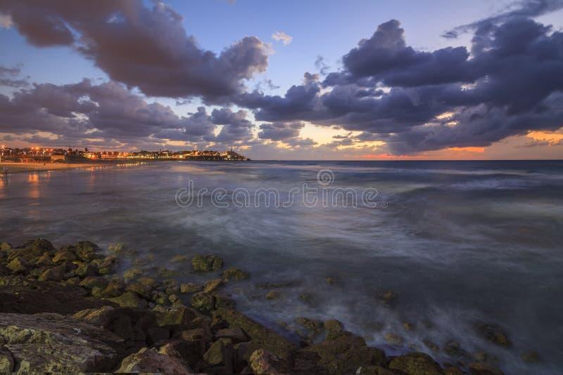 Tel Aviv en las orillas del mar de tormenta imagenes de archivo