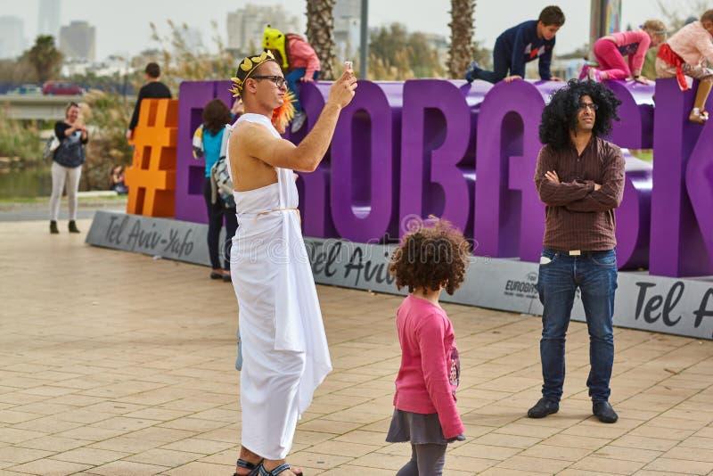 Tel Aviv - 20 Februari 2017: Bärande dräkter för folk i Israel D fotografering för bildbyråer