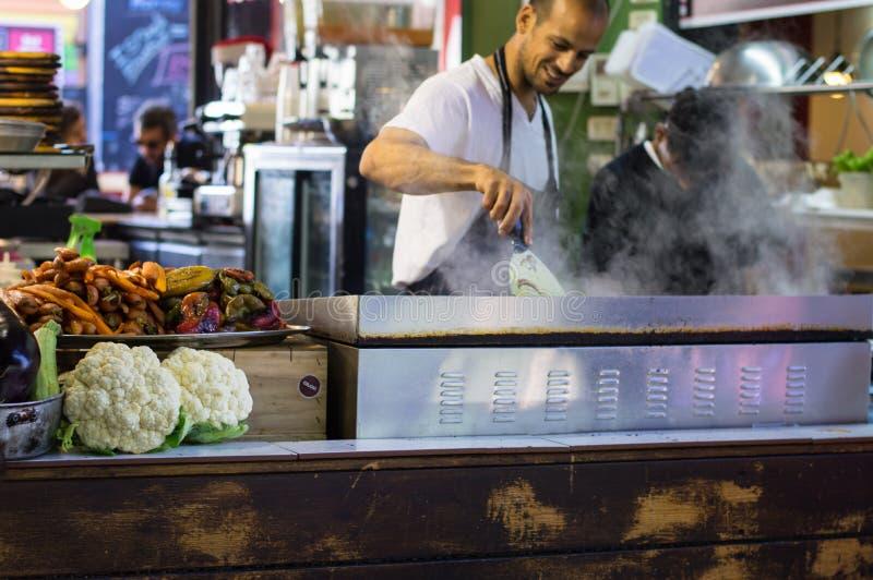 Tel Aviv, Israël - April 20, 2017: Straatvoedsel Het ` s één van de oudste openluchtmarkten van Israël ` s biedt een grote versch royalty-vrije stock afbeeldingen