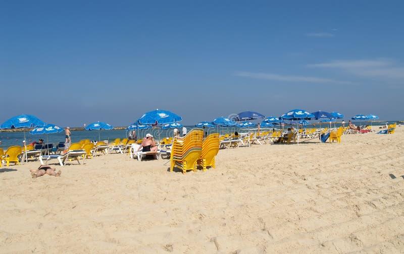 Tel Aviv, Israël Les touristes les prennent un bain de soleil sur la plage de ville sur la banque de la mer Méditerranée photo stock