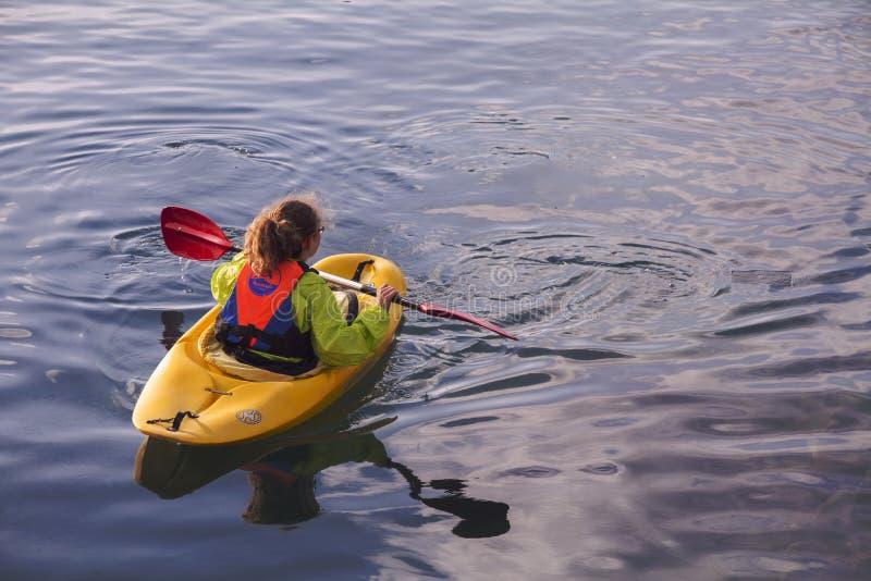 TEL AVIV, ISRAËL - 2 MARS 2017 : Jeune kayaker féminin de fille barbotant dans le kayak, en mer Méditerranée au port de Jaffa, Te images stock
