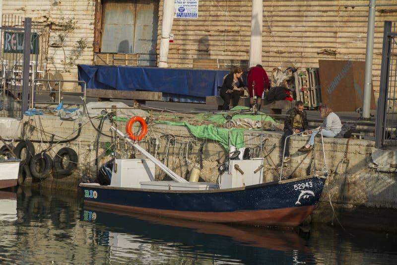 TEL AVIV, ISRAËL - 2 MARS 2017 : Les gens s'asseyant sur le pilier du vieux port de Jaffa à Tel Aviv image libre de droits