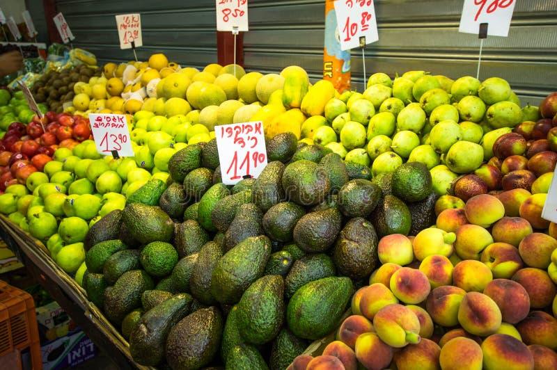Tel Aviv Israel - April 20, 2017: De nya smaksatta färgrika saftiga frukterna i stallen av Carmelen marknadsför arkivbilder