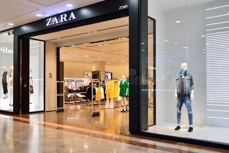 TEL AVIV ISRAEL APRIL, 2017: ZARA Store i Israel Zara är en spansk kläd- och tillbehöråterförsäljare royaltyfria bilder