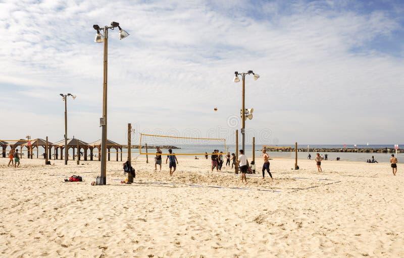 Tel Aviv, Israel - 4 de fevereiro de 2017: Grupo de jovens que jogam o voleibol no telefone Baruch da praia foto de stock