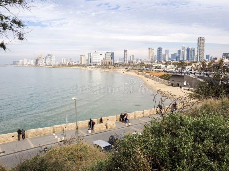 Tel Aviv, Israel - 4 de fevereiro de 2017: Ideia do passeio de Jaffa Povos que relaxam no telefone Baruch da praia em Tel Aviv fotografia de stock royalty free