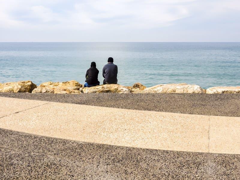 Tel Aviv, Israel - 4 de fevereiro de 2017: Povos que relaxam na praia do telefone Baruch em Tel Aviv, Israel fotos de stock