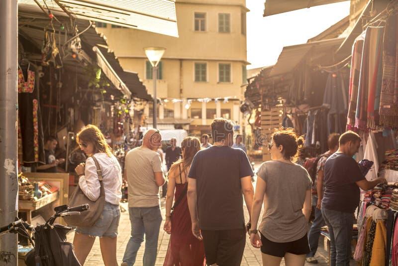 Tel Aviv, Israel - 26 de octubre de 2018 - grupo de turistas que caminan en un mercado local en una luz de la última hora de la t foto de archivo