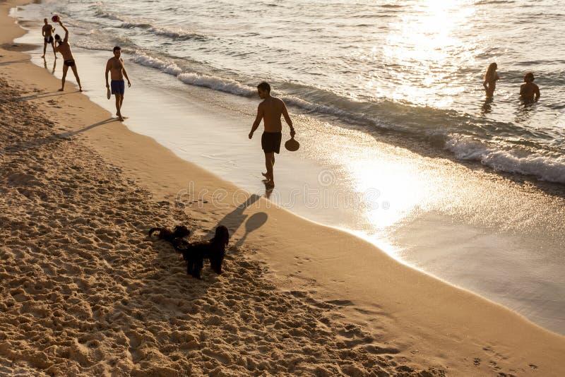 Tel Aviv, Israel - 8 de setembro de 2011: Homens que jogam o t?nis no telefone Baruch da praia em Tel Aviv imagens de stock royalty free
