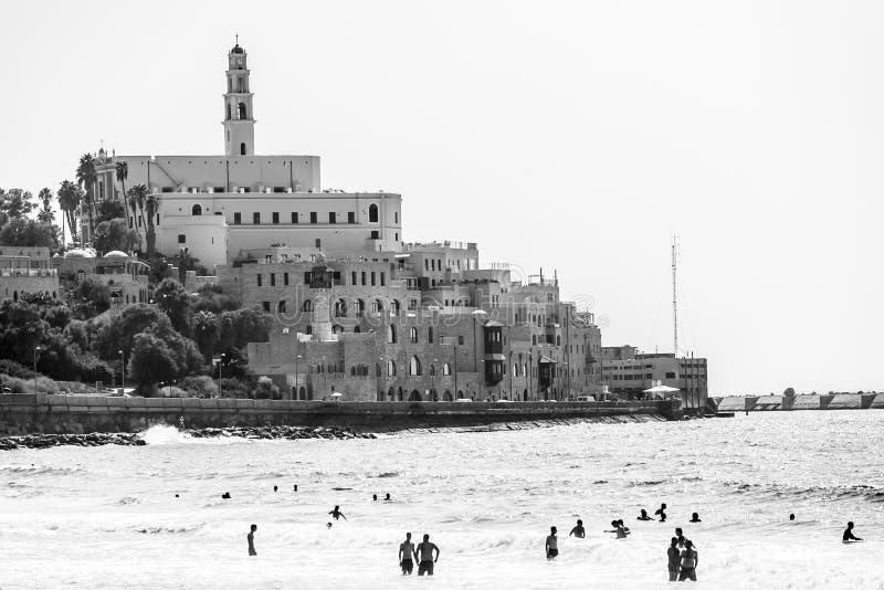 Tel Aviv, Israel - 9 de setembro de 2011: Ideia do passeio de Jaffa Povos que relaxam no telefone Baruch da praia em Tel Aviv imagens de stock royalty free