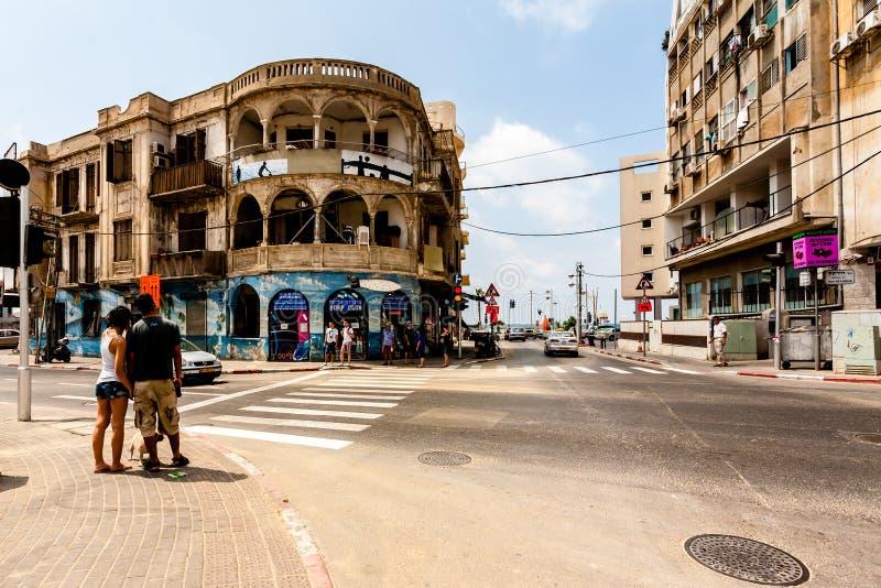 Tel Aviv, Israel - 9 de setembro de 2011: Os povos est?o indo cruzar a rua situada perto do telefone Baruch da praia em Tel Aviv fotos de stock