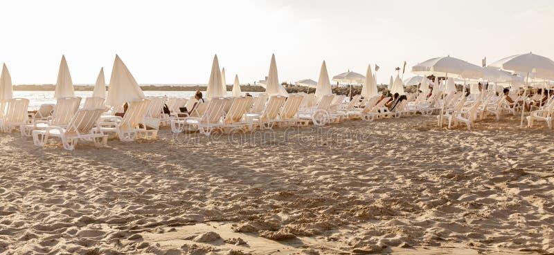 Tel Aviv, Israel - 8 de setembro de 2011: Povos que relaxam na praia em Tel Aviv imagens de stock