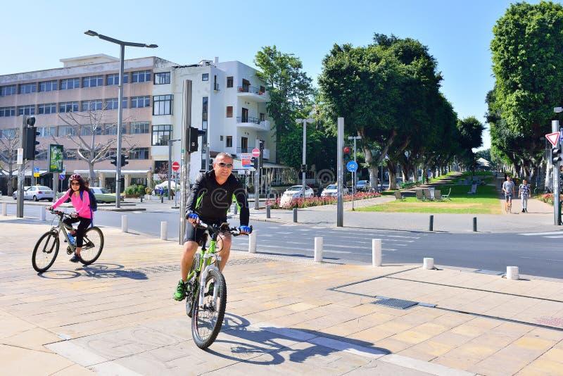 TEL AVIV, ISRAEL - EM ABRIL DE 2017: Arquitetura da cidade do bulevar Rothschild em Tel Aviv, Israel fotos de stock royalty free