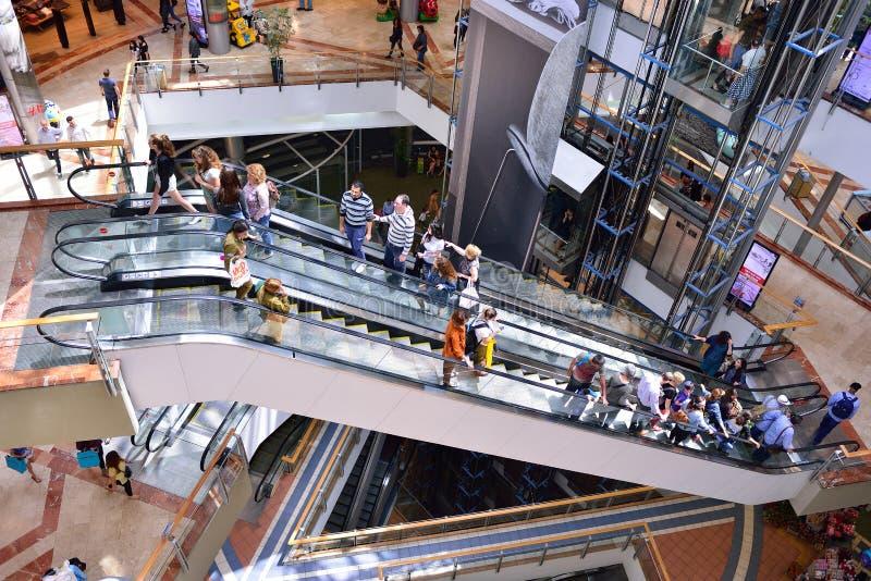TEL AVIV, ISRAEL EM ABRIL DE 2017: O pessoa visita o centro de compra em um complexo Center de Azrieli de três arranha-céus em Te imagens de stock