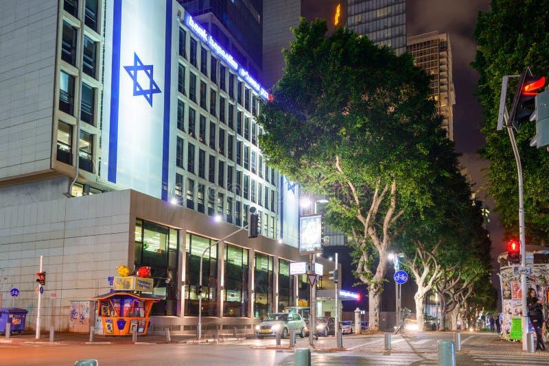 TEL AVIV, ISRAEL - EM ABRIL DE 2017: Opinião da noite do bulevar Rothschild em Tel Aviv, Israel imagens de stock