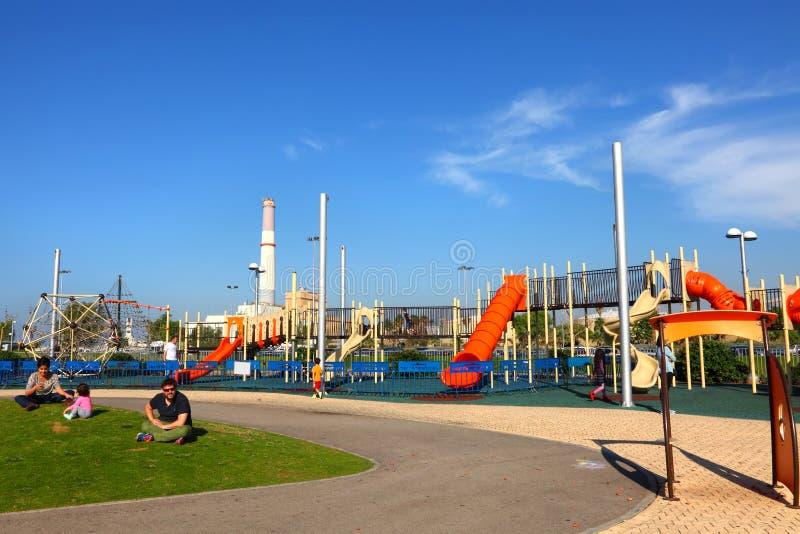 TEL AVIV, ISRAEL, NOVEMBRO 20,2015: Campo de jogos na terraplenagem nova de Tel Aviv (no passado - porto de Tel Aviv) imagens de stock