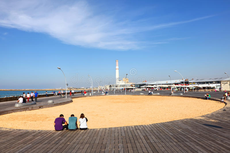TEL AVIV, ISRAEL, O 20 DE NOVEMBRO DE 2015: Terraplenagem nova de Tel Aviv (no passado - porto de Tel Aviv) Recreação favorita e  fotografia de stock