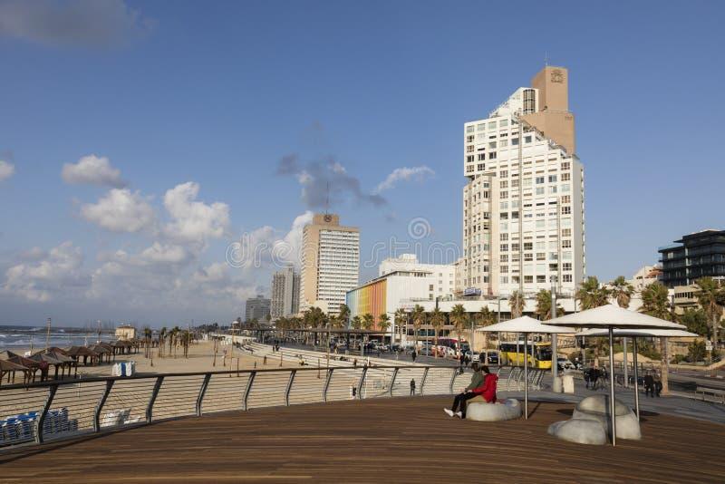 TEL AVIV, ISRAELE - 26 dicembre 2016: Passeggiata moderna della spiaggia fotografie stock libere da diritti