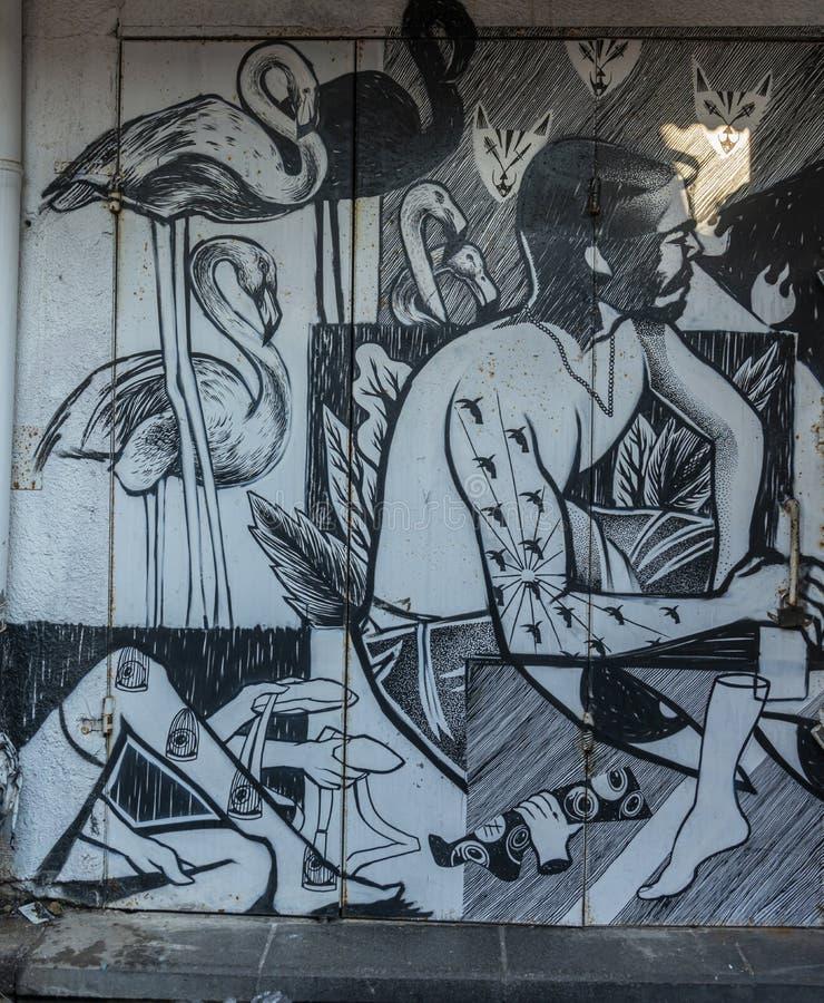 Tel Aviv, Israele 17 giugno 2019: Graffiti dipinti in bianco e nero su una parete immagini stock