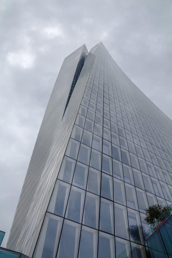 Tel Aviv, Israele 2 marzo 2019: La torre di Azrieli Sarona, un grattacielo nella vicinanza di Sarona, la costruzione più alta in  fotografia stock libera da diritti