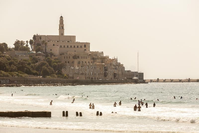 Tel Aviv, Israele - 9 settembre 2011: Vista della passeggiata di Giaffa La gente sta rilassando sulla spiaggia a Tel Aviv, Israel fotografia stock