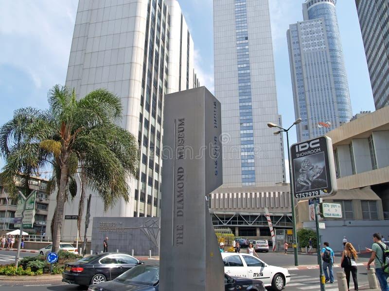 """Tel Aviv, Israele Stele di informazioni con l'iscrizione """"il museo di Giamond """"contro lo sfondo dei grattacieli del immagini stock libere da diritti"""
