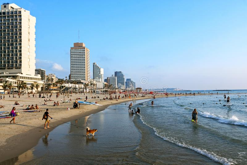 TEL AVIV IZRAEL, CZERWIEC, - 16, 2019: Widok plaża Tel Aviv i stary miasto Jaffa, z miejscowymi i turystami w Tel Aviv, obrazy stock