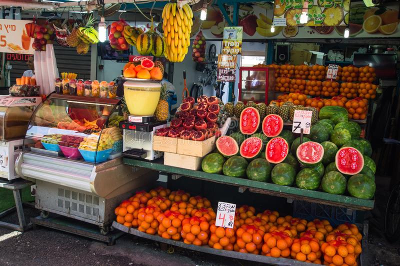 Tel Aviv Izrael, Kwiecień, - 20, 2017: Świeże sosowane kolorowe soczyste owoc w kramu Carmel wprowadzać na rynek zdjęcie royalty free