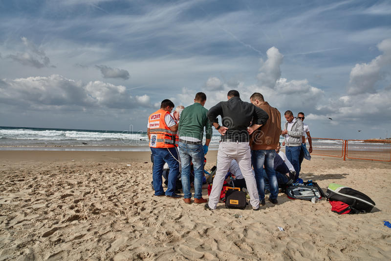 Tel Aviv, 20 Listopad, 2016: Mężczyzna tonie ratownicze próby w Tel Av obrazy royalty free
