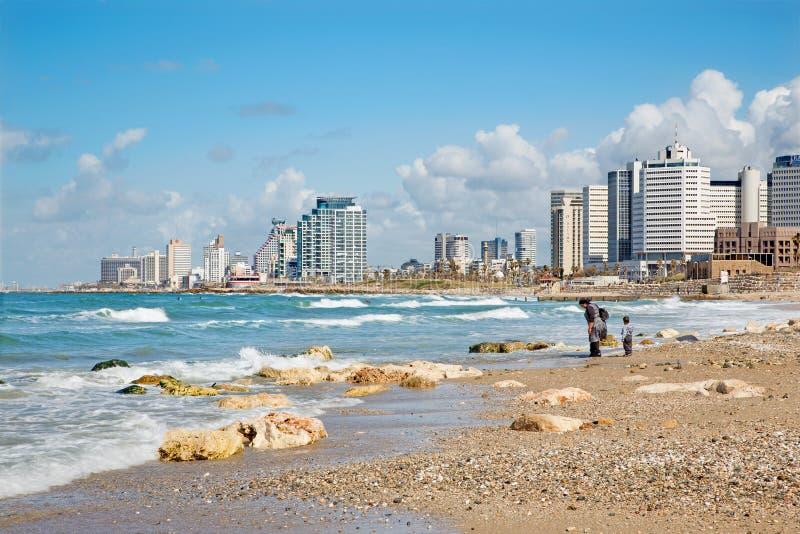 Tel Aviv - madre con el pequeño hijo en la costa de Tel Aviv imagen de archivo
