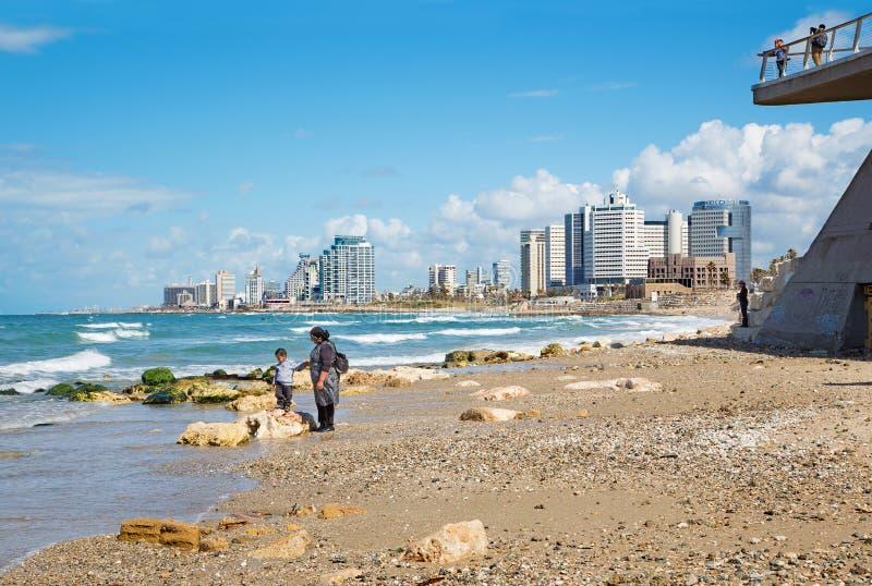 Tel Aviv - madre con el pequeño hijo en la costa de Tel Aviv fotografía de archivo