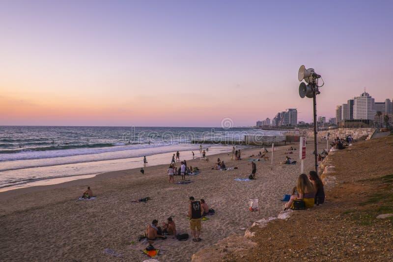 Tel Aviv - 20 06 2017: Mensen op het strand van Tel Aviv op het tijdstip van royalty-vrije stock foto