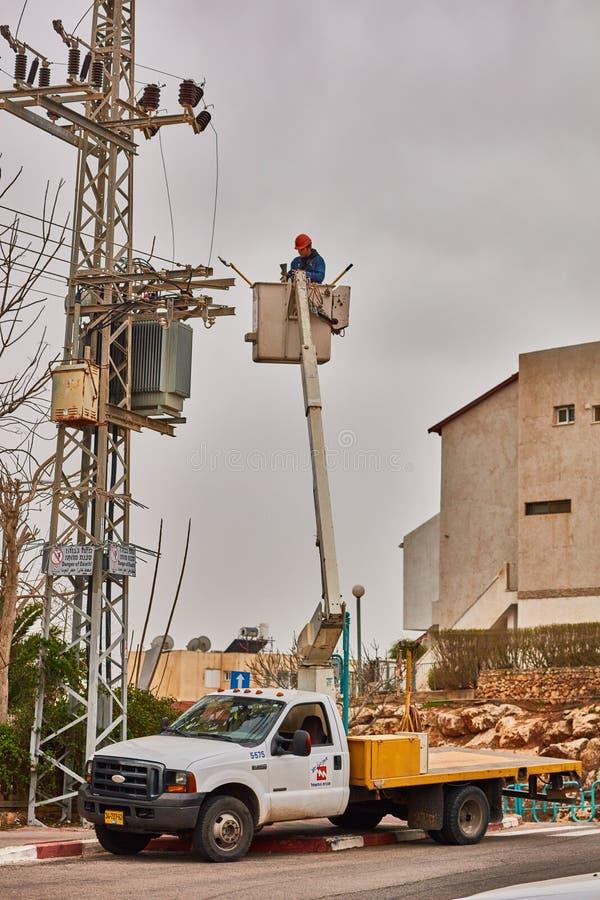 Tel Aviv - 10 06 2017: Repara o homem que fixa a linha elétrica no telefone imagens de stock royalty free