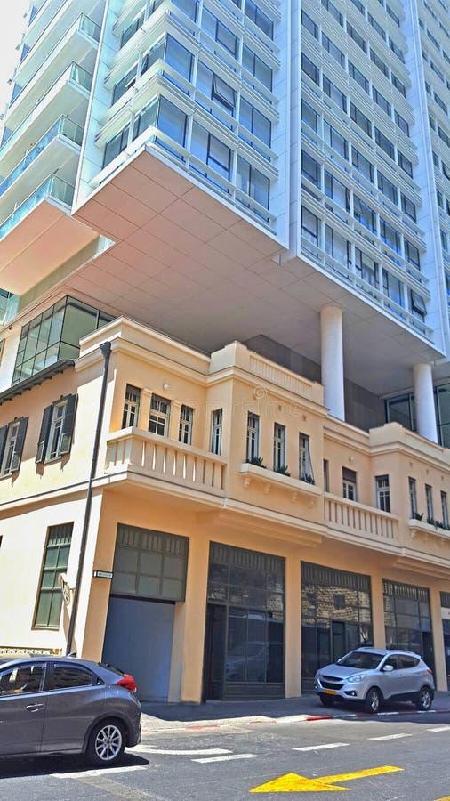Tel Aviv St?llet av att blanda arkitektoniska stilar av olika tider royaltyfria bilder