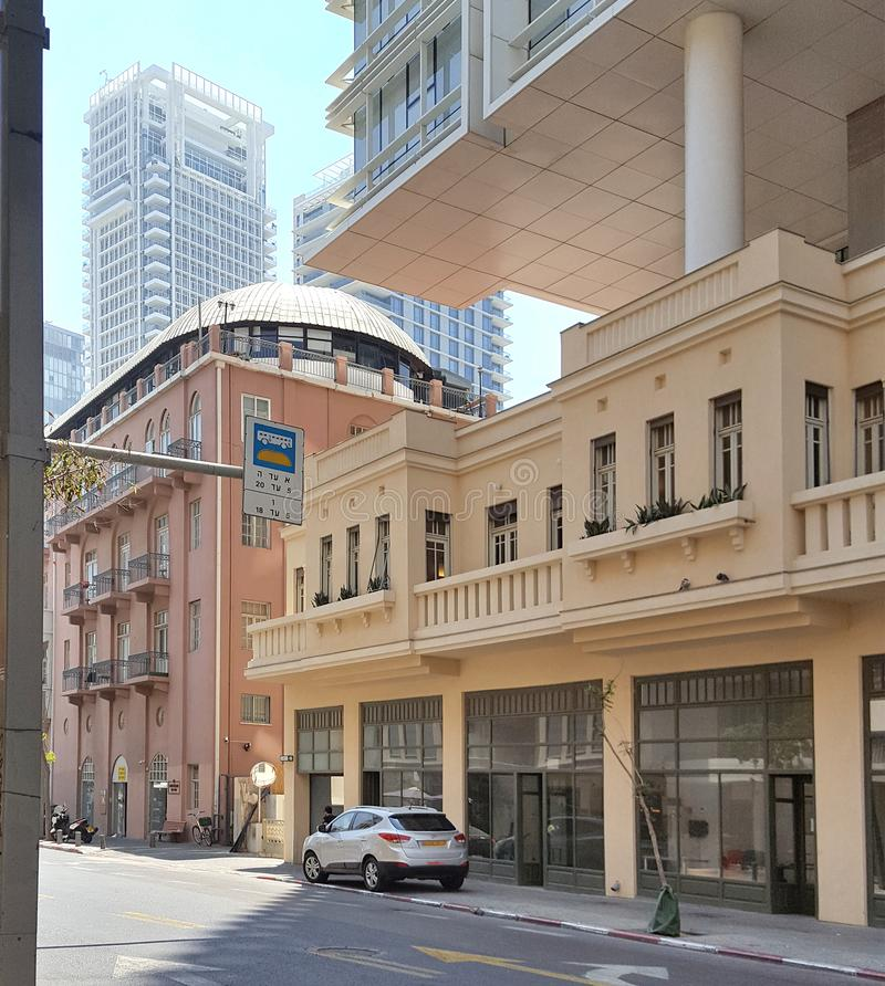 Tel Aviv St?llet av att blanda arkitektoniska stilar av olika tider arkivfoto