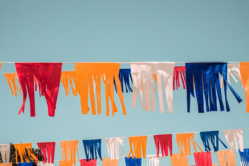 Tel Aviv-Straße verziert mit Flaggen in weißem, in Rotem, in Gelbem und in Blauem für Israel Independence Day - Yom Haatzmaut lizenzfreie stockbilder