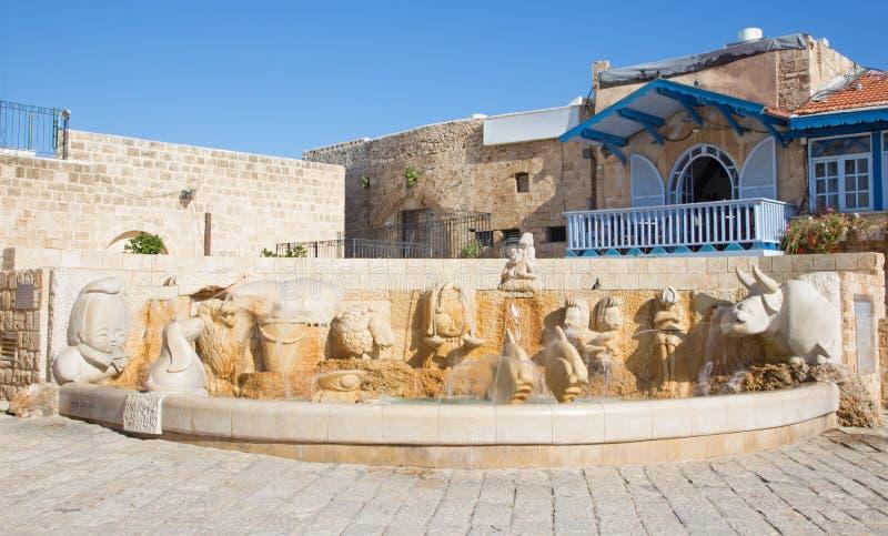 Tel Aviv - zodiakspringbrunn på den Kedumim fyrkanten med statyerna av astrologiskt tecken av Varda Ghivoly och Ilan Gelber i 201 arkivbild