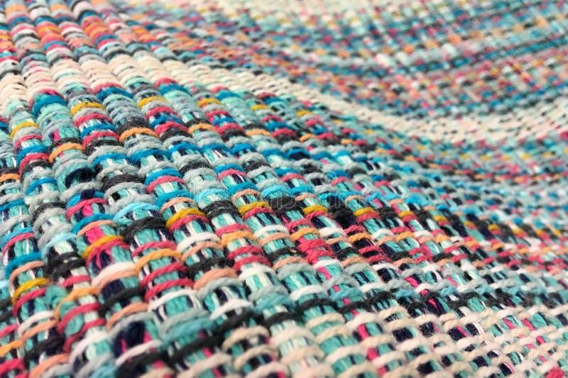 A tela é tecida de linhas coloridos Fundo de matéria têxtil fotos de stock royalty free