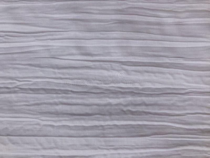 Tela branca com um efeito amarrotado e uns vincos horizontais imagens de stock royalty free
