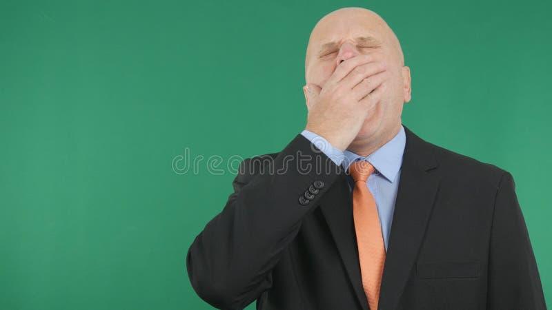 Tela cansado de Yawning With Green do homem de negócios no fundo fotos de stock