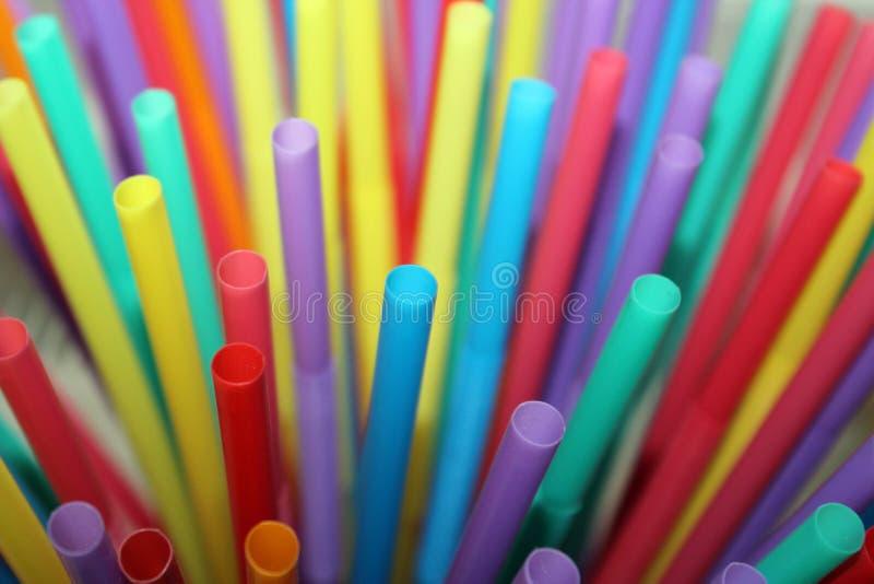 Tela cheia colorida abstrata bebendo do fundo do plástico das palhas da palha fotografia de stock
